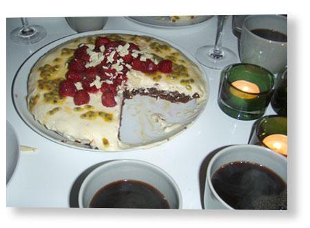 21.30, ddags för dessert och kaffe efter fantastiskt god middag hos Fredrik.