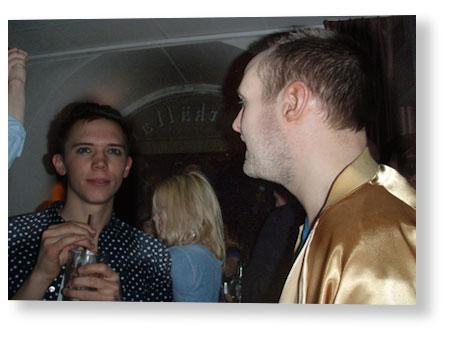 01.40, hittade ingen bra bild på Niclas, här med Erik, men jag var tvungen att få visa Niclas fantastiska guldjacka.